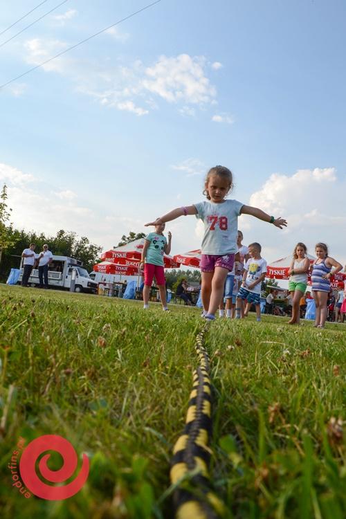 spacer po linie dla dzieci