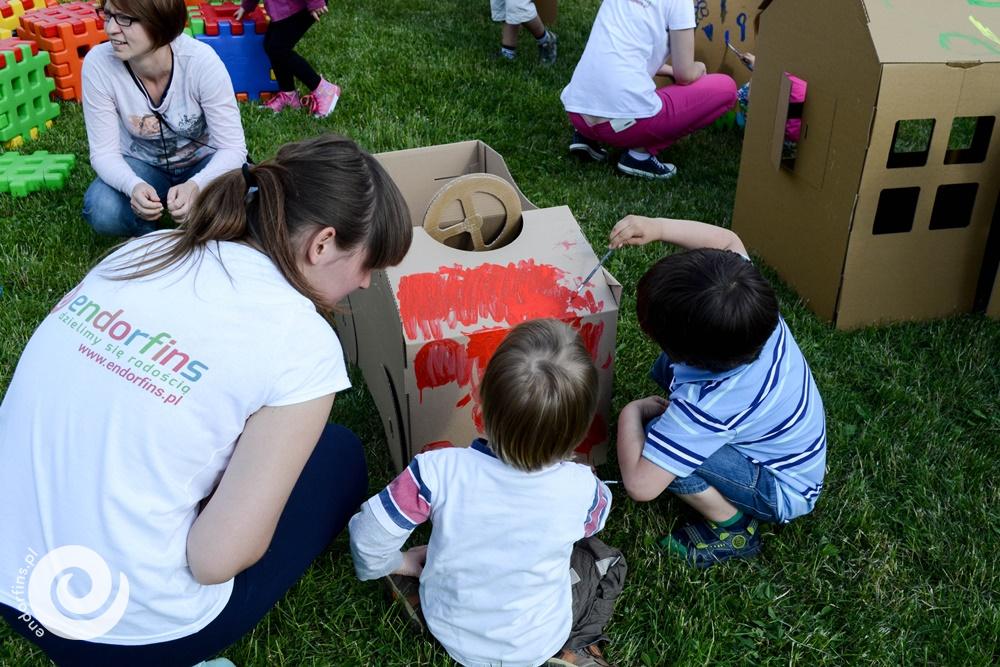 malowanie kartonowego domku dla dzieci - piknik firmowy