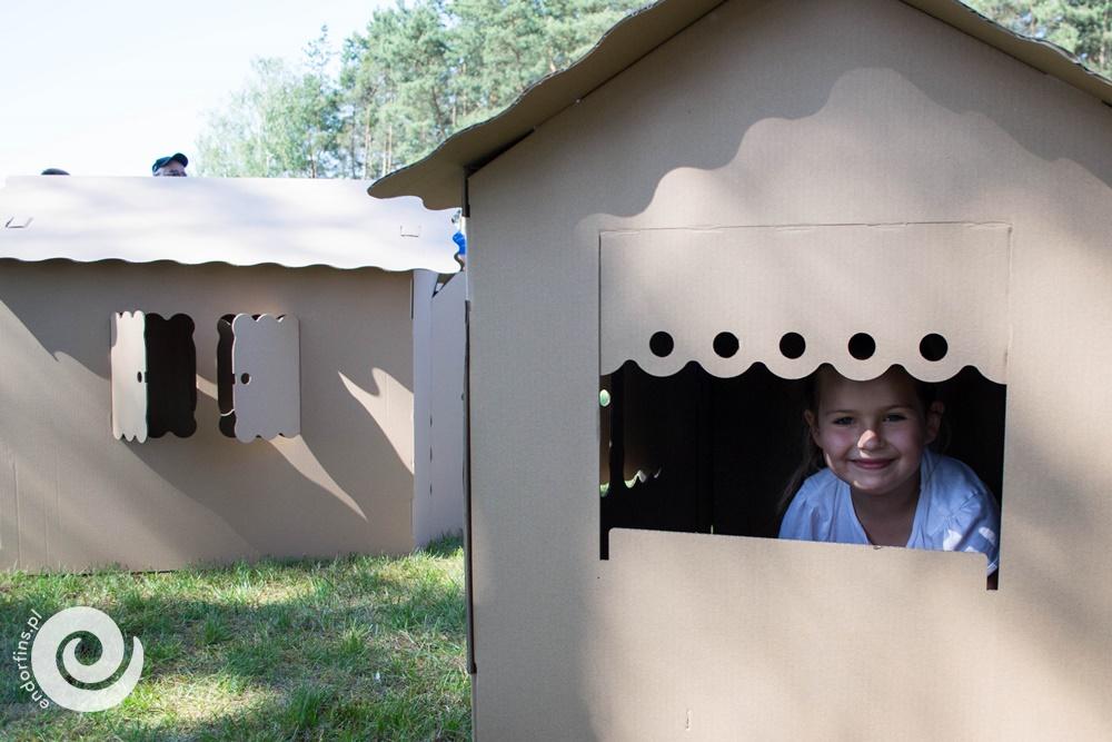 malowanie i ozdabianie dużego kartonowego domku i innyc kartonowych zabawek