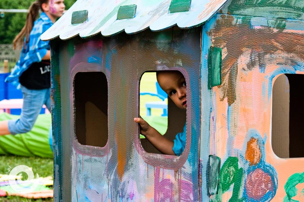 malowanie kartonowego domku xxl
